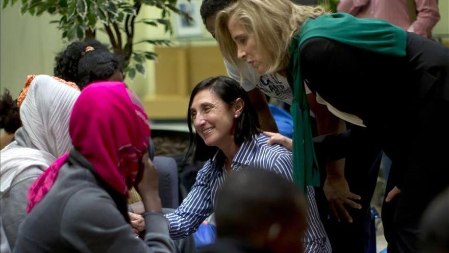 Fotografía facilitada por Presidencia del Gobierno de la secretaria general de Inmigración y Emigración, Marina del Corral, conversando con el grupo de solicitantes.   EFE
