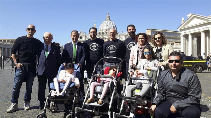 El padre de menor con síndrome de Rett pide al papa que le ayude a hallar una cura