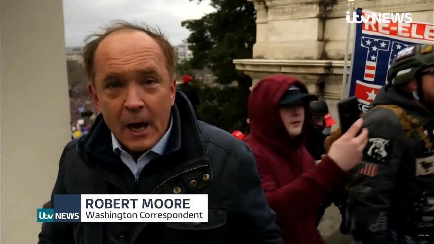 Robert Moore informando desde la escalinata de acceso al Capitolio