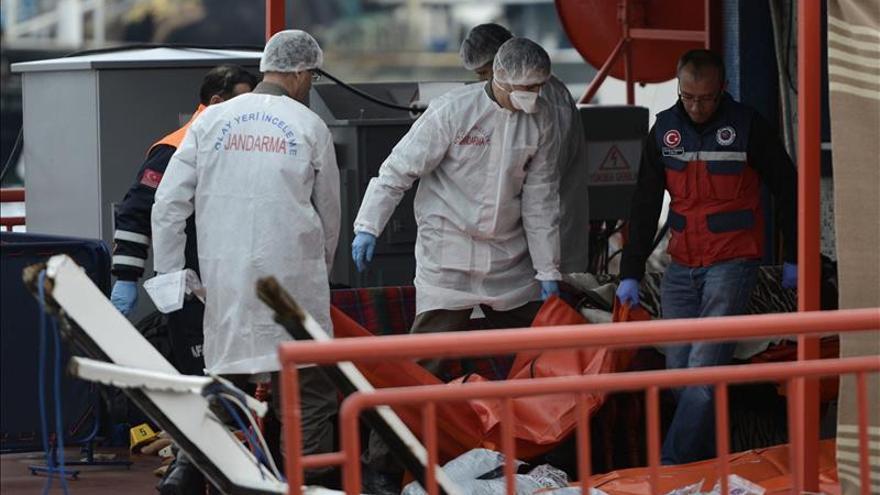 Imagen de archivo del traslado del cuerpo de una personas después del naufragio de una barca cerca de las costas turcas y el Bósforo, en Estambul, el pasado mes de octubre.