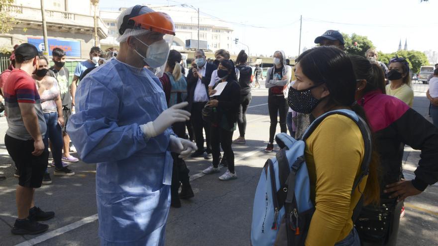 Largas filas de personas con síntomas para realizarse hisopados en hospitales