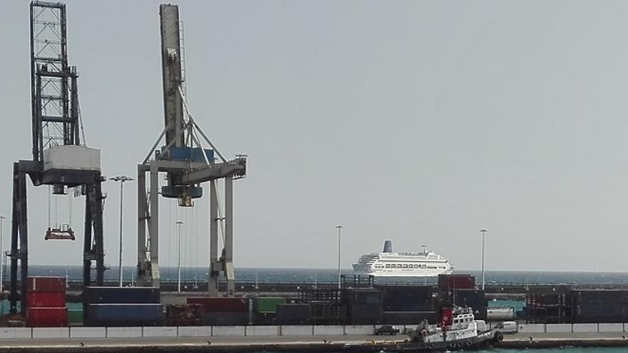 El buque 'Oriana', en la zona exterior del Puerto de Arrecife.