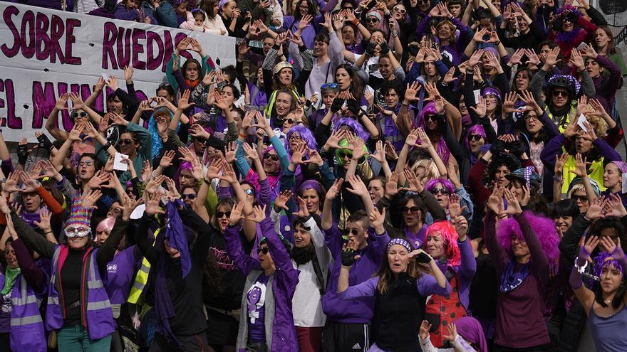 Un grupo de mujeres canta 'Un violador en tu camino' en Madrid, durante la manifestación del 8M. La performance nació en 2019 como una respuesta a la violencia sexual en Chile y se ha transformado en un himno feminista a nivel global / Olmo Calvo