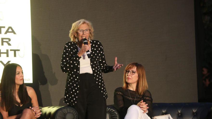 Manuela Carmena junto a Mar Barberán (derecha) durante el acto electoral de presentación de la figura de Alcaldesa de la Noche    Más Madrid