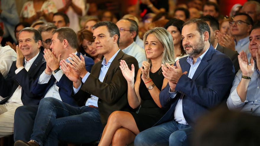 Pedro Sánchez en Toledo, entre Emiliano García-Page y la alcaldesa de Toledo, Milagros Tolón