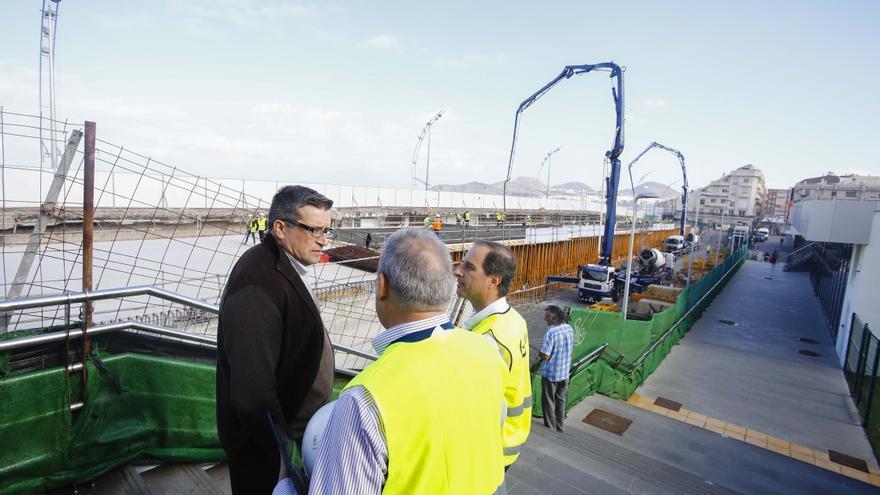 El concejal de Urbanismo de Las Palmas de Gran Canaria, Javier Doreste, visita las obras de la pasarela de La Cícer