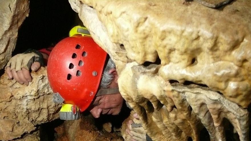 Hallan un enterramiento con restos óseos y de cerámica en dos cuevas del Parque de Cazorla, Segura y Las Villas