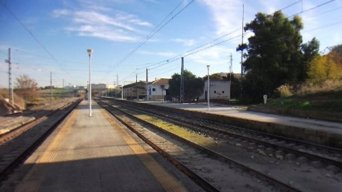 Imagen de las vías férreas al paso por la Estación de Aguilar de la Frontera en la línea convencional Córdoba-Bobadilla.
