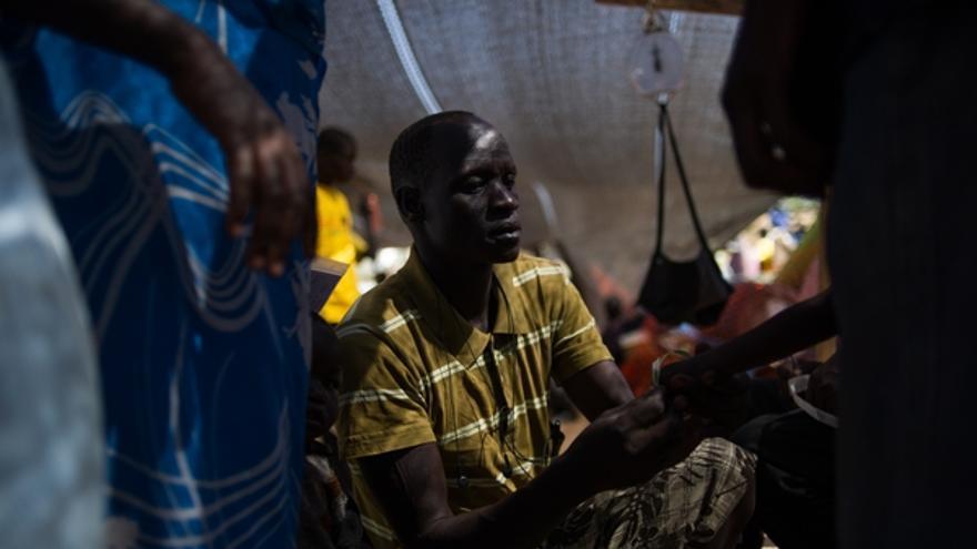 En las últimas semanas, MSF ha enviado nuevos trabajadores y toneladas de material médico y logístico para atender a los desplazados de Awerial, en el estado de Lagos, y en Juba, la capital del país. Los equipos de MSF han comenzado también a proporcionar apoyo a las personas que han huido de los últimos ataques en Bentiu y que se dirigen hacia Leer, en el estado de Unidad. / Phil Moore