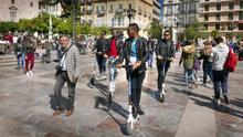 Un grupo de jóvenes en patinete por la plaza de la Virgen