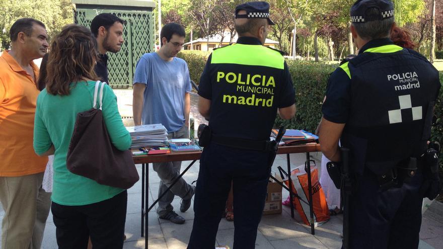 La policía municipal ordena a los vecinos del Barrio del Pilar (Madrid) que cierren el mercadillo de trueque de libros de texto. S. H.