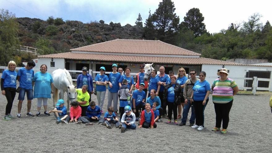 En la imagen, la 'gran familia azul' del autismo.
