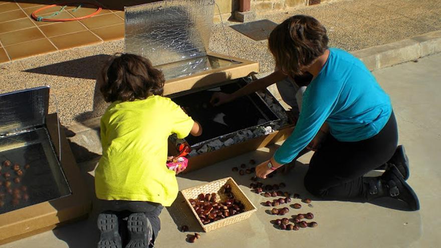 Alumnas del Colegio de Alpartir asando castañas en su horno solar