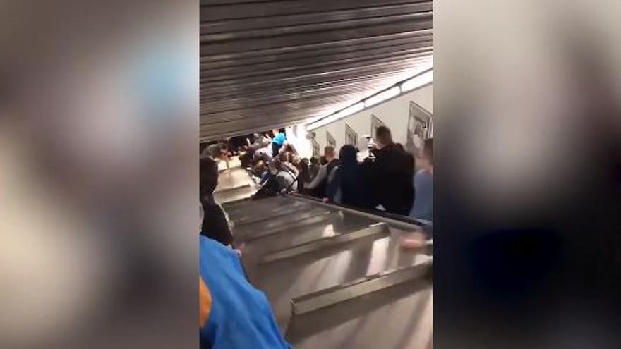 Momento del desplome de una escalera mecánica en Roma