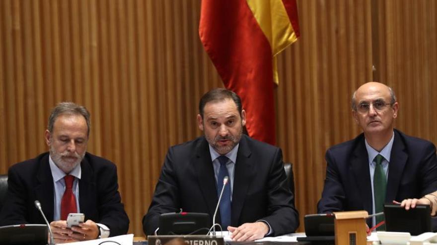 El ministro de Fomento, José Luis Ábalos, junto al presidente y el vicepresidente de la Comisión de Fomento, Celso Luis Delgado (d) y Salvador Antonio De la Encina (i), respectivamente, durante su comparecencia ante dicha comisión.