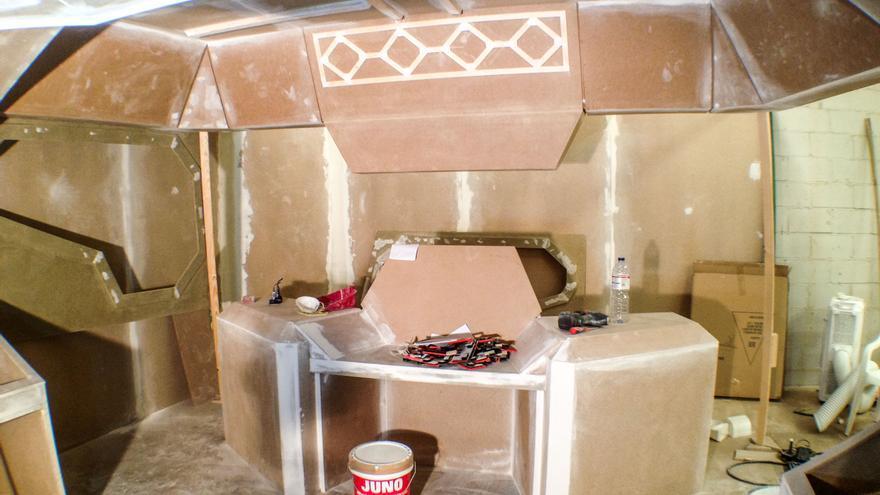 Mucha madera y la ayuda de unos carpinteros fueron necesarias para construir unos decorados retrofuturistas (Imagen: Cedida por Calle Falsa 123 Producciones)