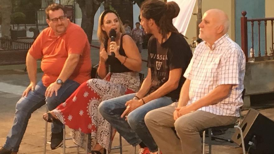 Noemí Santana habla frente a Alberto Rodríguez y otros líderes de Podemos en el acto celebrado en La Orotava.