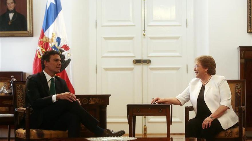 Sánchez elogia reformas de Bachelet y las tendrá en cuenta para su programa