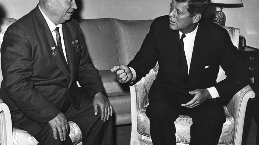 John F. Kennedy y Nikita Kruschev en 1961.