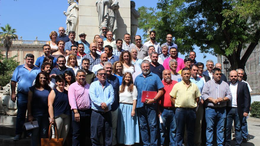 Foto de familia de los firmantes del manifiesto en defensa del campo sevillano
