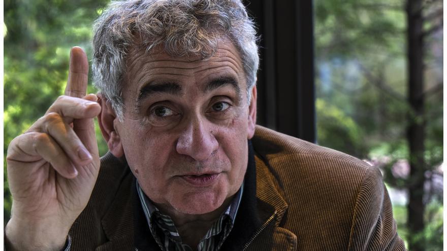 El escritor vasco Bernardo Atxaga, durante la entrevista en Vitoria-Gasteiz. /SANTOS CIRILO
