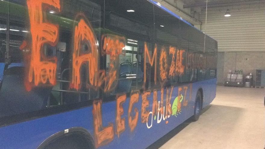 El ayuntamiento de San sebastián condena el ataque a un autobús de Dbus en el que desconocidos hicieron pintadas