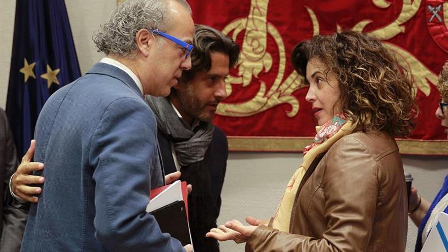 El consejero de Sanidad del Gobierno de Canarias, Jesús Morera (i), conversa con la presidenta de la comisión parlamentaria de Sanidad, María Teresa Cruz Oval, y con el parlamentario socialista Gustavo Matos