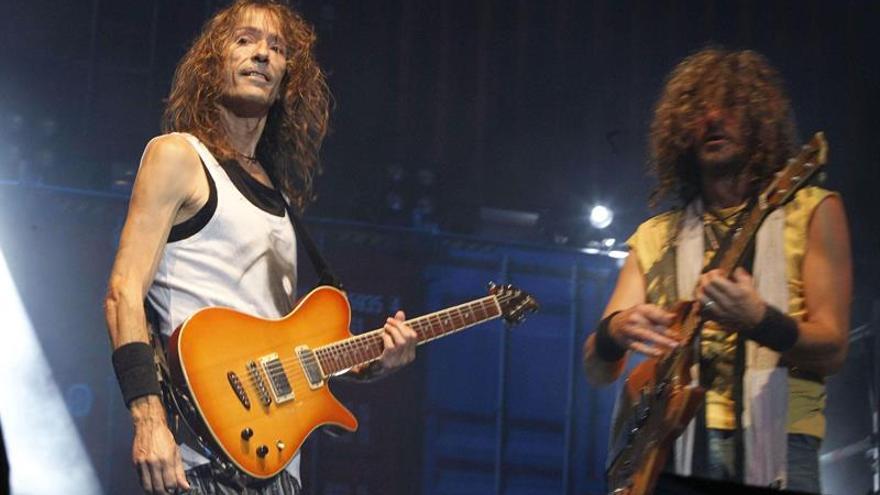Roberto Iniesta (i) e Iñaki Antón, guitarristas de Extremoduro, durante el concierto que el grupo de rock ofreció este viernes en Las Palmas de Gran Canaria. Efe.