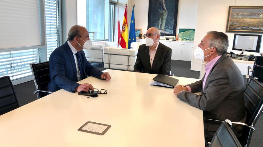 La reunión del consejero con el alcalde de Miengo, José Manuel Cabrero (centro), y con el concejal de Infraestructuras, Manuel González.
