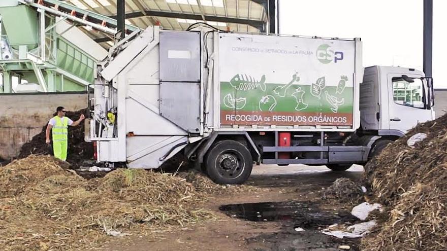 En la imagen, un operario y un camión del Consorcio de Servicios de La Palma.