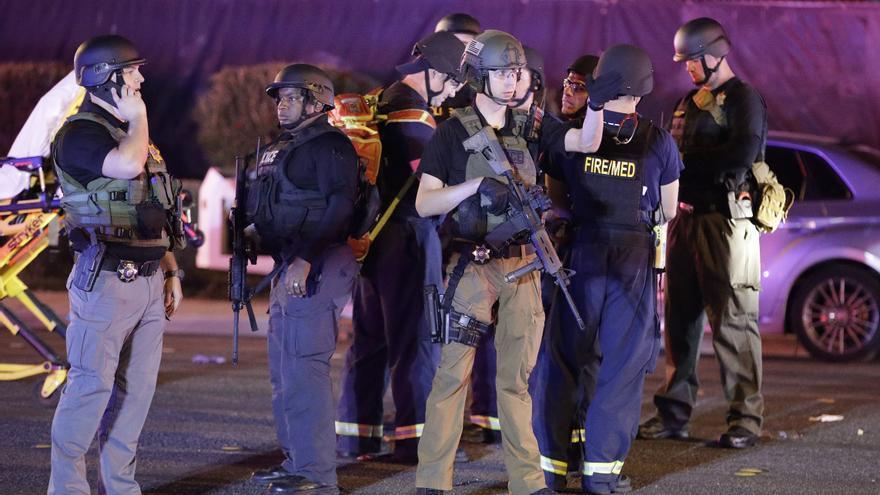 Agentes de policía en el lugar del ataque junto al resort y casino Mandalay Bay de Las Vegas el lunes 2 de octubre.