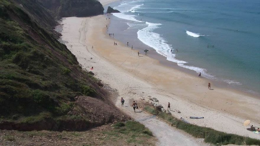 Surfistas llegando a la playa de Gerra en San Vicente.
