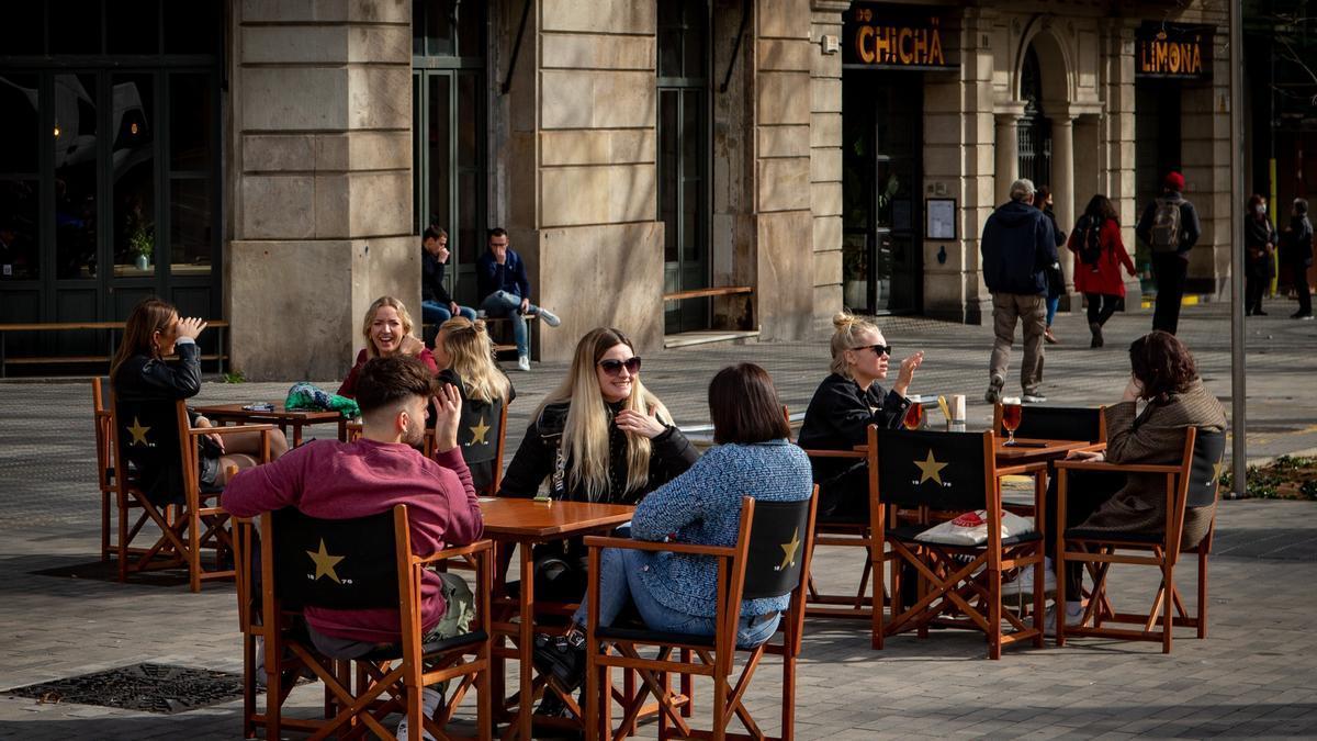 Aspecto de una terraza de un bar en el centro de Barcelona. EFE/Enric Fontcuberta/Archivo