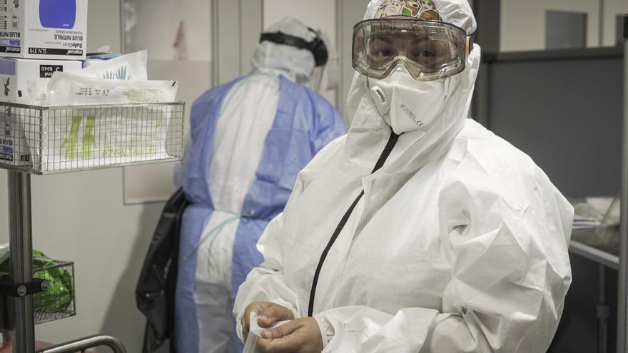 Una enfermera se prepara para entrar a visitar a un paciente de coronavirus en el Hospital del Mar