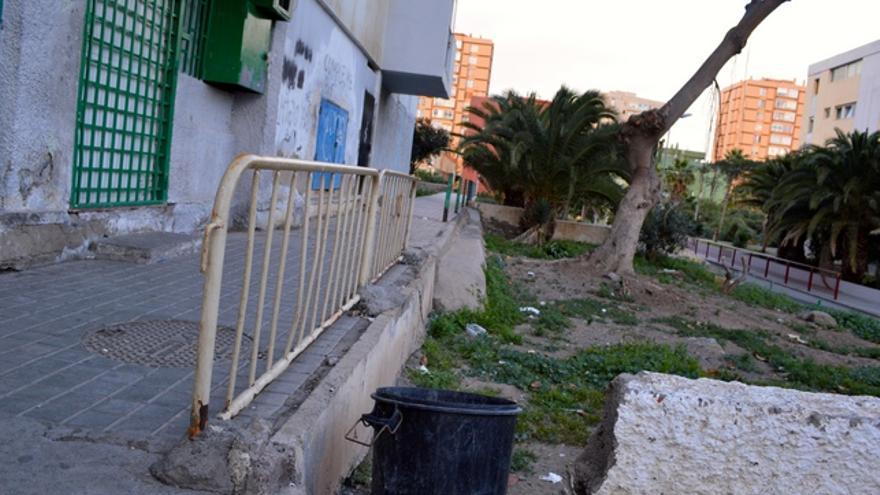 Vallas de obras y papeleras colocadas por los vecinos. FOTO: Iago Otero Paz.