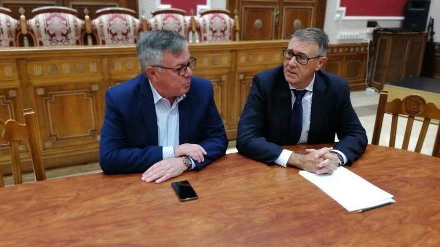 Reunión con el alcalde de Hellín. FOTO: CHS