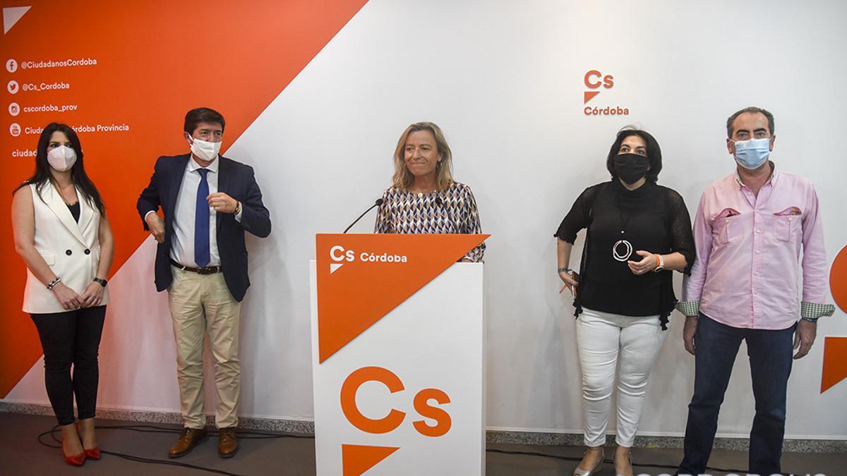 Juan Marín en una visita a la sede de Ciudadanos, con concejales de la formación en el Ayuntamiento de Córdoba.