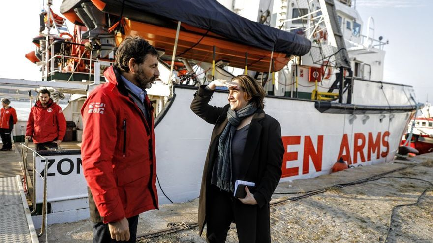 Óscar Camps, responsable de la ONG Proactiva Open Arms, y la alcaldesa Ada Colau