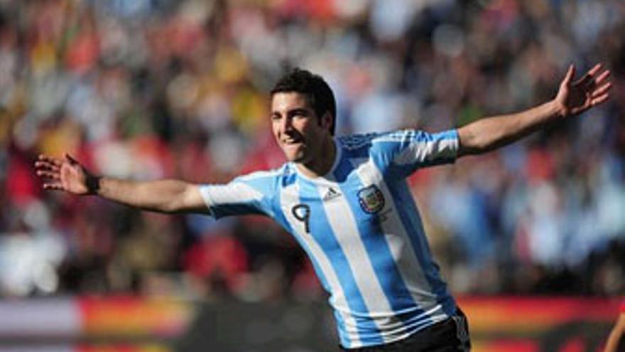 Higuaín celebra uno de los tres goles que anotó este jueves. (GETTY IMAGES)