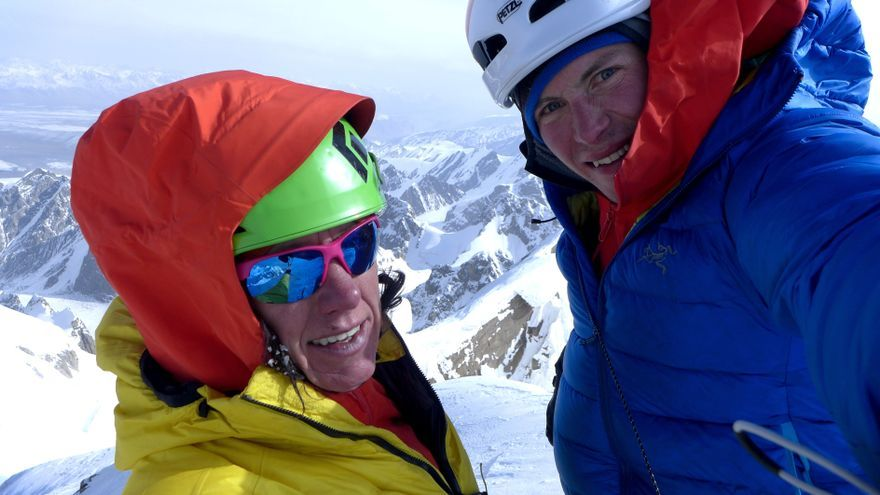 Ines y Luka en la cima del Kyzyl Asker.