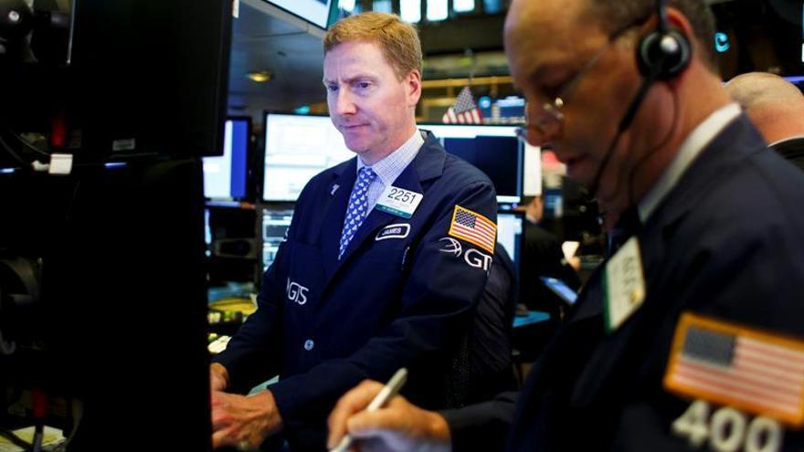 Wall Street opera mixto a media sesión, pero el Dow Jones en niveles récord