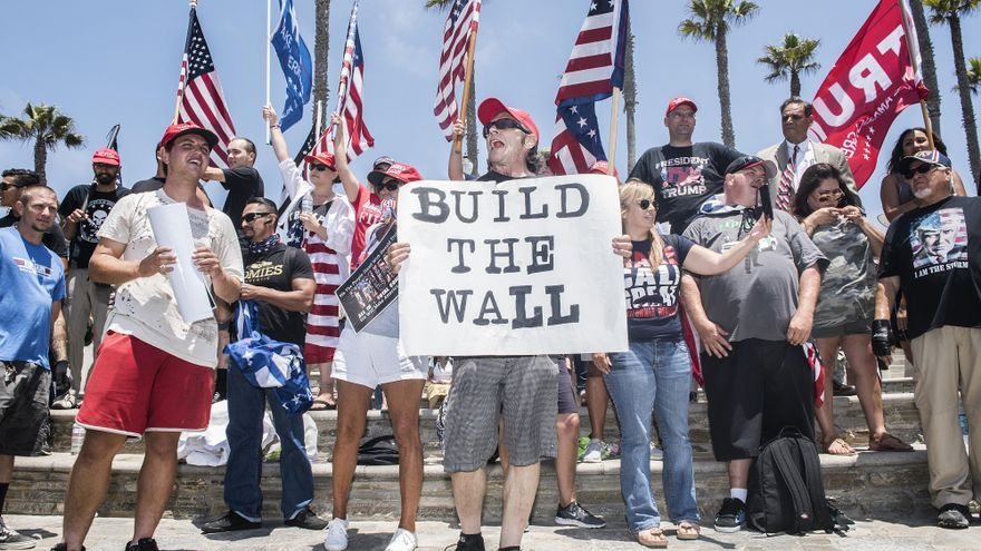 Miembros del grupo Americans for Trump piden el muro con México en Huntington Beach, California, el 22 de julio.
