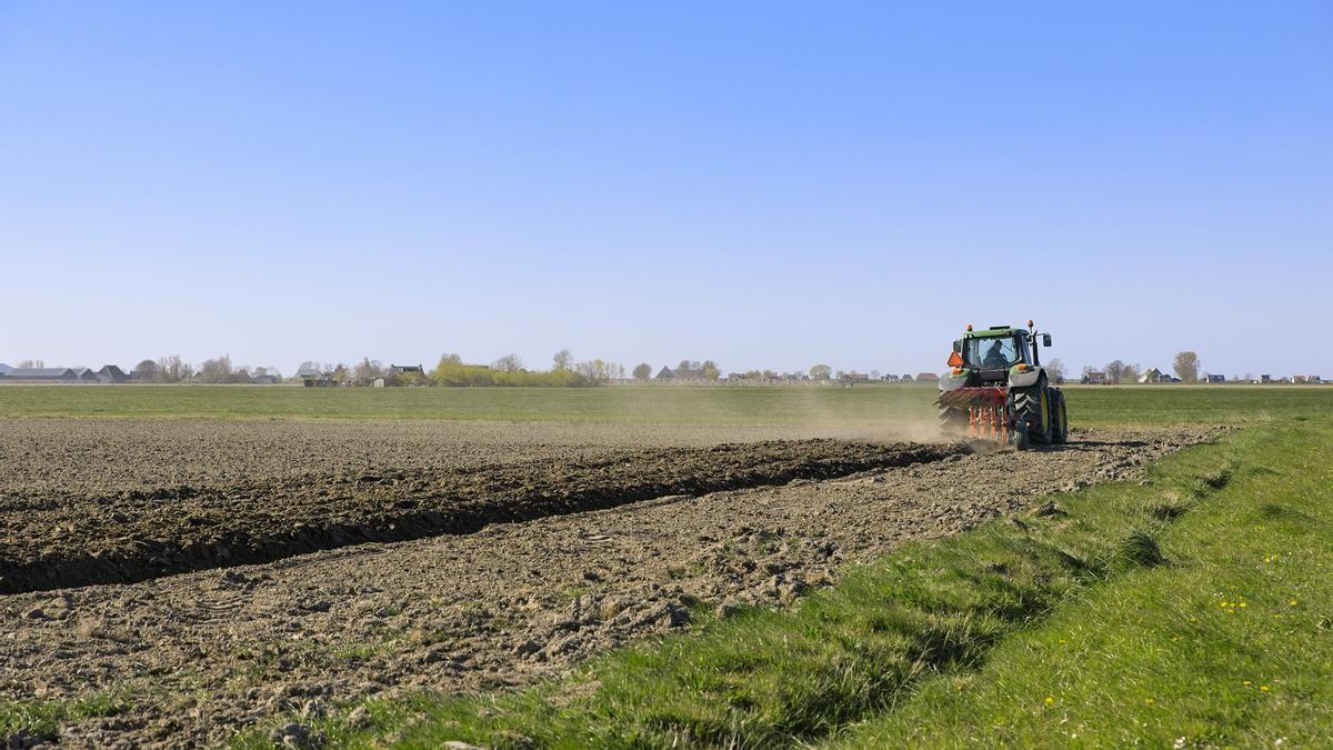 Agricultor cultivando la tierra