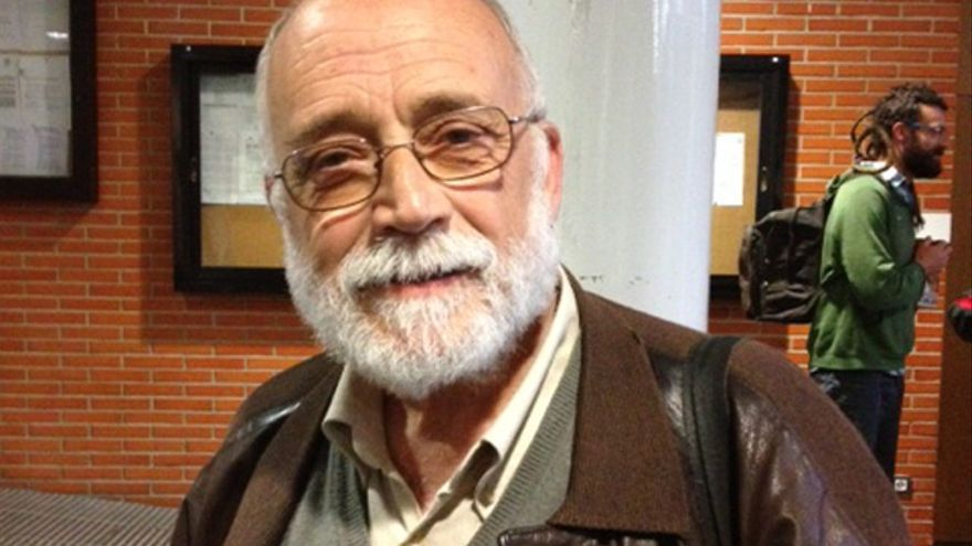Arcadi Oliveres, antes de entrar a una conferencia en Vitoria.