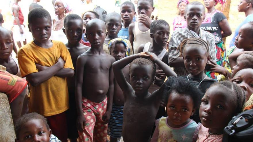 """Muchos niños han perdido a sus padres en esta epidemia y son cuidados, con suerte, por familiares. Estos menores son del pueblo de Kormende Luyama, """"muy tocado por el ébola"""", cuenta Waquier. / Foto: Nadia Waquier."""