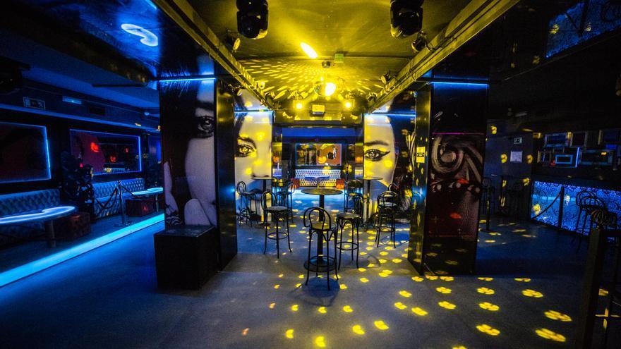 Sillas en la pista de baile de la discoteca, foto de archivo