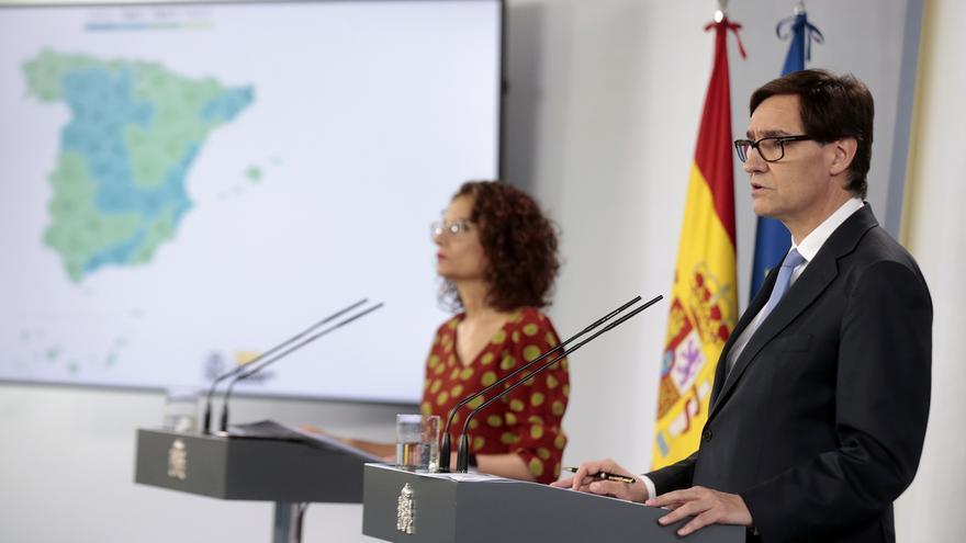 La portavoz del Gobierno, María Jesús Montero, y el ministro de Sanidad, Salvador Illa.