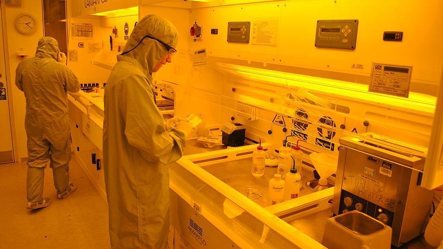 Científicos trabajan con luz naranja para evitar daños en los nanomateriales.