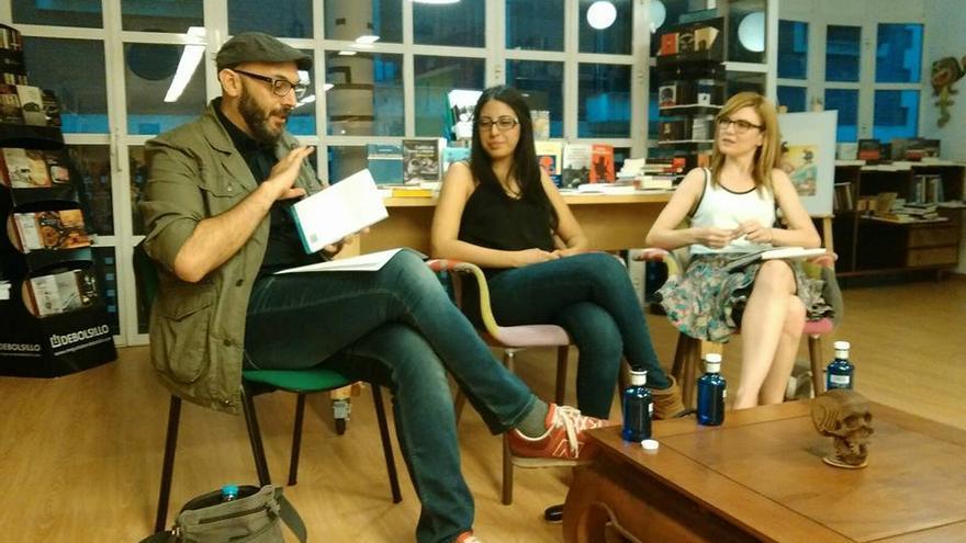Miguel Ángel Hernández, Mónica Ojeda y Tatiana Abellán en la librería murciana Educania