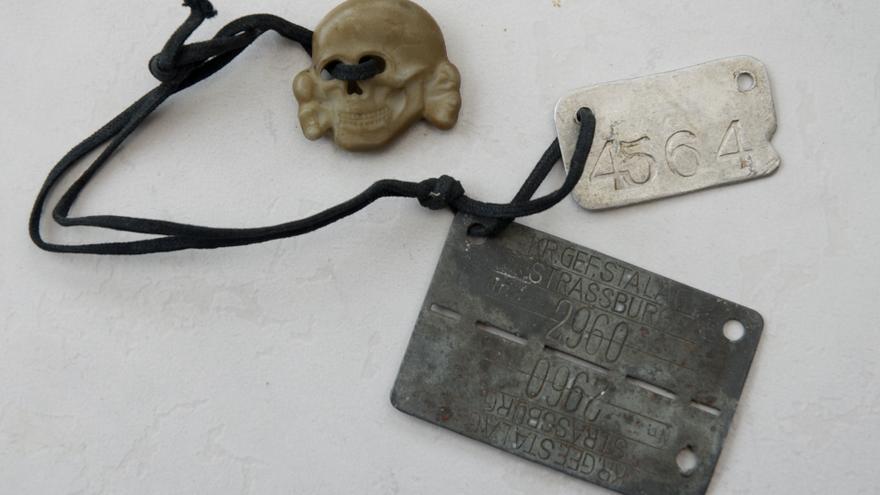 Chapas identificativas del Manuel Alfonso y la calavera de una gorra SS que el  deportado recogió tras la liberación / Carlos Hernández